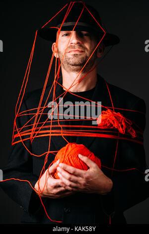 Studio Aufnahme eines bemannt Gesicht rot Wolle gewickelt Stockbild
