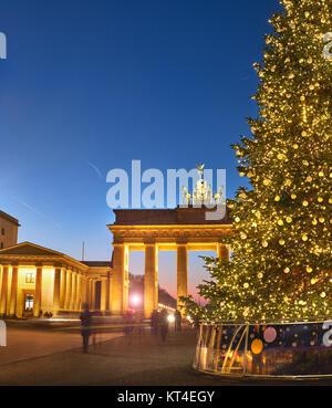 Brandenburger Tor in Berlin mit Weihnachtsbaum in der Nacht mit abendlichen Beleuchtung, Panoramic Image Stockbild