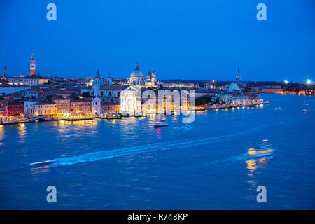 Malerische Stadtbild bei Nacht über den Canale della Giudecca, Venedig, Venetien, Italien Stockbild
