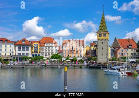 Waterfront mit mangturm Tower in der historischen Altstadt von Lindau im Bodensee, Bayern, Deutschland, Europa. Stockbild