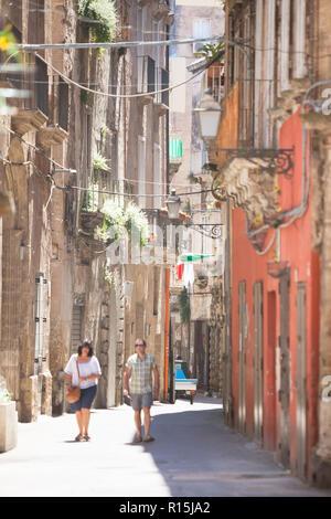 Taranto, Apulien, Italien - 31. MAI 2017 - EINE touristische Paar zu Fuß durch eine Gasse von Taranto Stockbild