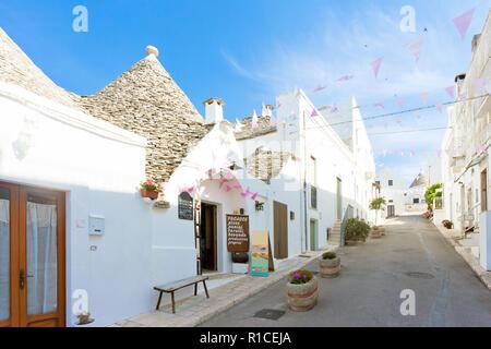 Alberobello, Apulien, Italien - Wandern bis die historischen Straßen von Trulli Gebäude Stockbild