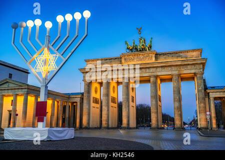 Brandenburger Tor und Hanukkah Menorah Stockbild