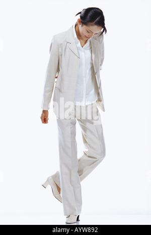Frau in weiß-suite Stockbild
