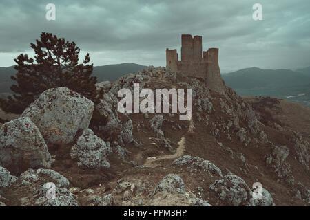 Calascio Schloss in den Abruzzen, Italien Stockbild