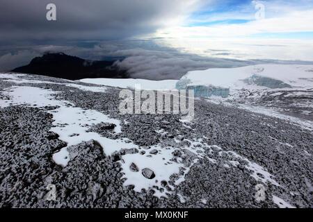Ein Abstauben von frischem Schnee auf dem Gipfel des Mount Kilimanjaro, UNESCO-Weltkulturerbe, Tansania, Ostafrika, Südafrika Stockbild