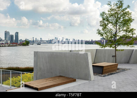 Sitzgelegenheiten in der Nähe der Bootsanlegestelle. Hunters Point South Park, New York, United States. Architekt: SWA/Balsley in Zusammenarbeit mit Weiss/Manfredi, 20. Stockbild