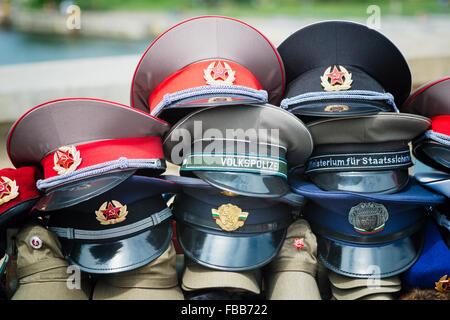 Nahaufnahme von Vintage DDR Militär und Polizei Visier Hüte auf dem Display zu verkaufen, Berlin, Deutschland Stockbild