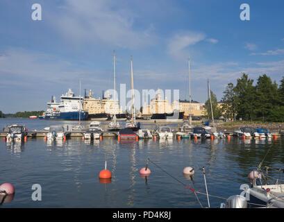 Eisbrecher, starke Schiffe, Seite an Seite mit einem Sommerurlaub im Hafen von Helsinki Finnland, im Winter in der Ostsee Stockbild