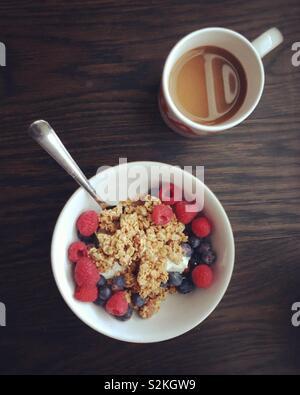 Frühstück mit Joghurt und Kaffee Stockbild
