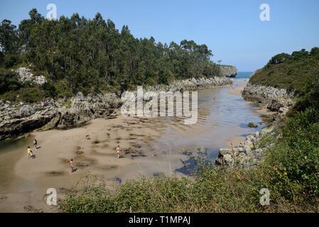 Playa de Guadamia, ein schmaler Strand an der Mündung des Flusses Rio Guadamia Llames de Pria, Asturien, Spanien, August. Stockbild