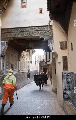Seitenwand des Moulay Idriss Mausoleums in der Medina von Fès mit Mosaik Detail an Wänden Stockbild