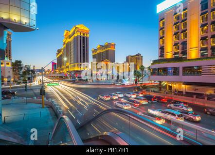 Anzeigen von Verkehrs- und Trail Lichter auf dem Strip bei Abenddämmerung, Las Vegas Boulevard, Las Vegas, Nevada, Vereinigte Staaten von Amerika, Nordamerika Stockbild