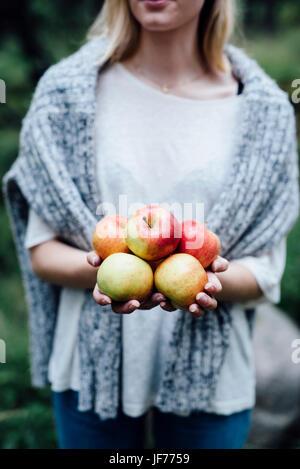 Frau halten Äpfel Stockbild