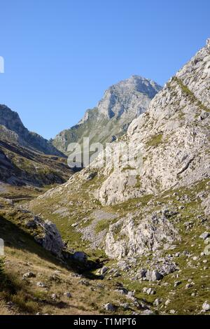 Vega Fresnidiello im Rio Duje Tal, in der Nähe von Sotres, Picos de Europa, Asturien, Spanien, August. Stockbild