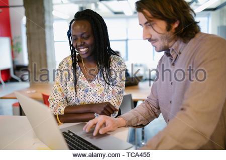 Geschäftsleute, die Arbeiten am Laptop im Büro Stockbild