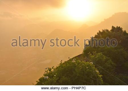Tal von Las Mercedes, Misty Sonnenuntergang über Anagagebirge im Nordosten von Teneriffa Kanarische Inseln Spanien. Vom Mirador de Jardina gesehen. Stockbild