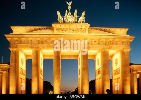 beleuchteten Brandenburger Tor in Berlin am Abend Stockbild