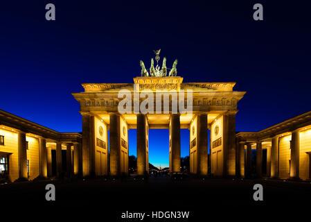 Brandenburger Tor in Berlin bei Nacht beleuchtet Stockbild