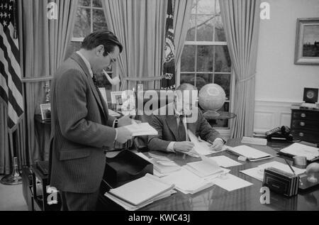 Präsident Gerald Ford Treffen mit seinem Stabschef, Donald Rumsfeld. Februar 6, 1975. (BSLOC_2015_14_59) Stockbild