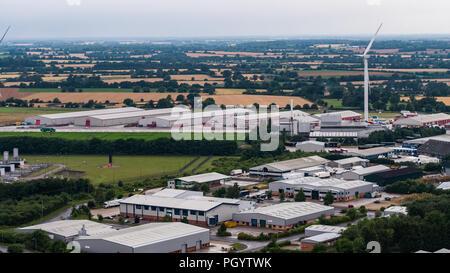 Luftaufnahme von großen Windkraftanlagen dominieren die Landschaft im Auge, Suffolk, England Stockbild