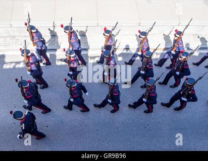 High Angle View Of Army Soldaten marschieren auf Straße Stockbild