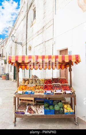 Specchia, Apulien, Italien - 29. MAI 2017 - ein Obststand in der Altstadt von Specchia Stockbild