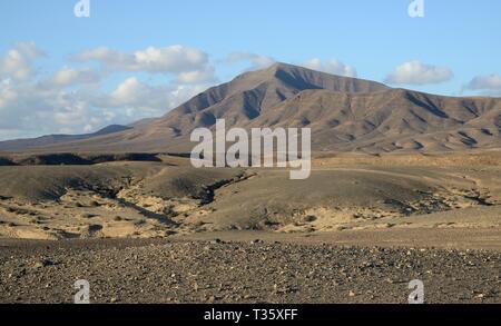 Erodiert vulkanische Landschaft von Los Ajaches Naturdenkmal, Lanzarote, Kanarische Inseln, Februar. Stockbild