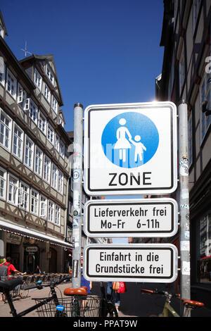 Verkehrszeichen Fußgängerzone, Fachwerkhäuser, Kramerstrasse, Hannover, Niedersachsen, Deutschland, Europa ich Verkehrsschild Fußgängerzone, Fachwerkh Stockbild