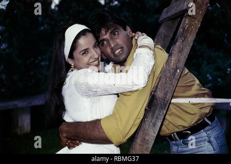 Sunil Shetty und Anjali Jathar umarmen einander, Indien, Asien Stockbild