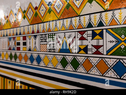 Al-qatt Al asiri traditionell weiblichen innere Wand Dekoration in einem Haus, Asir Provinz, Rijal Alma, Saudi-Arabien Stockbild