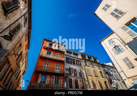 Weitwinkelaufnahme der traditionelle provenzalische Architektur in Antibes, Côte d'Azur, Provence, Frankreich, Europa Stockbild