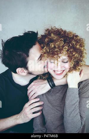 Junge in der Liebe Paar zusammen stellen Stockbild