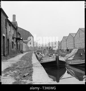 Lastkähne auf dem Amp; Trent & Mersey Canal, Stoke-on-Trent, 1965-1968. Lastkähne günstig auf den Trent &Amp; Mersey Canal gegenüber WJ Dolbys Feuerstein calcinating Brennofen. Stockbild