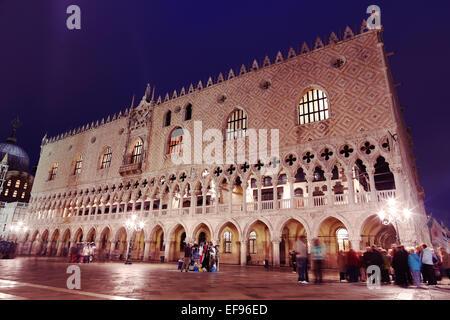 Dogenpalast am Abend mit unscharfen Touristen Stockbild