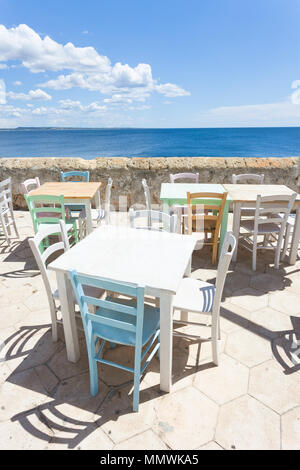 Gallipoli, Apulien, Italien - zum Mittagessen in der Sonne am mittleren Alters promenade Stockbild