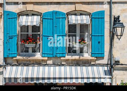 Traditionelle provenzalische Fassade im historischen Zentrum von Arles, einer Stadt an der Rhone in der Provence, Frankreich, Europa Stockbild