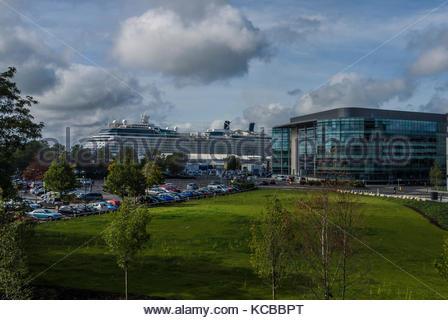 Carnival uk Cruise office und Celebrity Cruise Ship aus Eclipse geparkt Stockbild