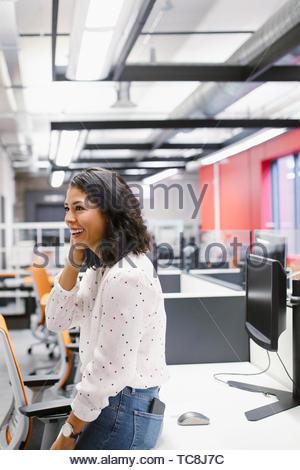 Glücklich Geschäftsfrau im Büro Stockbild