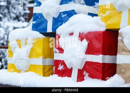 Snowy bunten Weihnachtspäckchen, Weihnachtsdekoration, Bremen, Deutschland, Europa ich Verschneite bunte Weihnachtspakete, Weihnachtsdekoration, Brem Stockbild