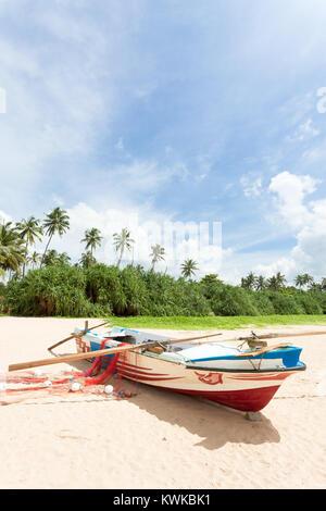 Asien - Sri Lanka - induruwa - ein Fischerboot vor Palmen Stockbild