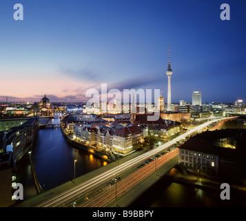 Nikolaiviertel Nikolai Viertel Berlin Deutschland 2009 mit Stadtzentrum Berlin im Hintergrund Stockbild