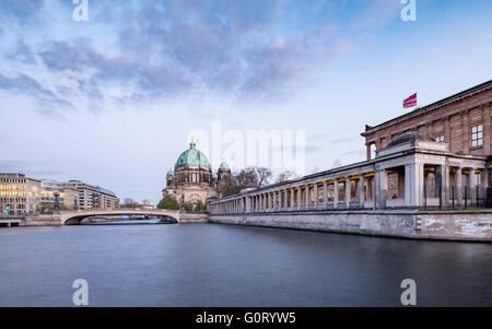 Blick auf die Museumsinsel (Museum Insel) über Spree Fluss mit Berliner Dom oder Dom nach hinten Mitte Berlin Stockbild