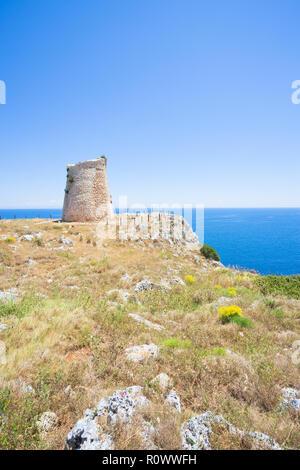 Minervino, Apulien, Italien - Wandern auf den Klippen am Torre Minervino Stockbild