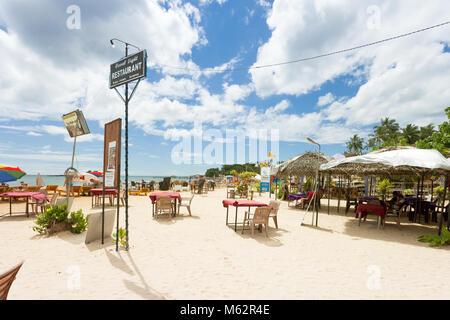 Unawatuna, Sri Lanka, Asien - Dezember 2015 - Leute an einem touristischen Restaurant am Strand von Unawatuna Stockbild