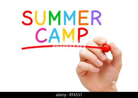 Hand schreiben Summer Camp mit Marker auf Transparenten abwischen. Betreute Programm für Kinder und Jugendliche während der Sommerferien. Stockbild