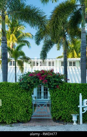 Bougainvillea überdachte Torbogen führt zu alten Ferienhaus in Naples, Florida, USA Stockbild