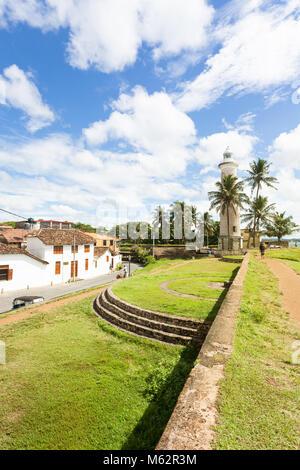 Galle, Sri Lanka, Asien - Dezember 2015 - Einheimische und Touristen um die historische Stadtmauer von Galle Stockbild