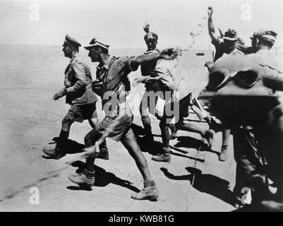 General Erwin Rommel in der Wüste in der Nähe von El-Alamein, mit seinen Truppen. Nov. 1-9, 1942. Nordafrika Stockbild