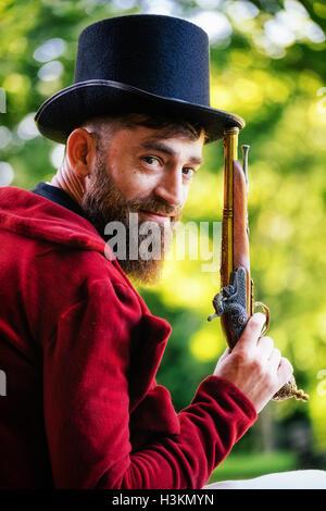 Regency Mann hält eine Pistole Stockbild